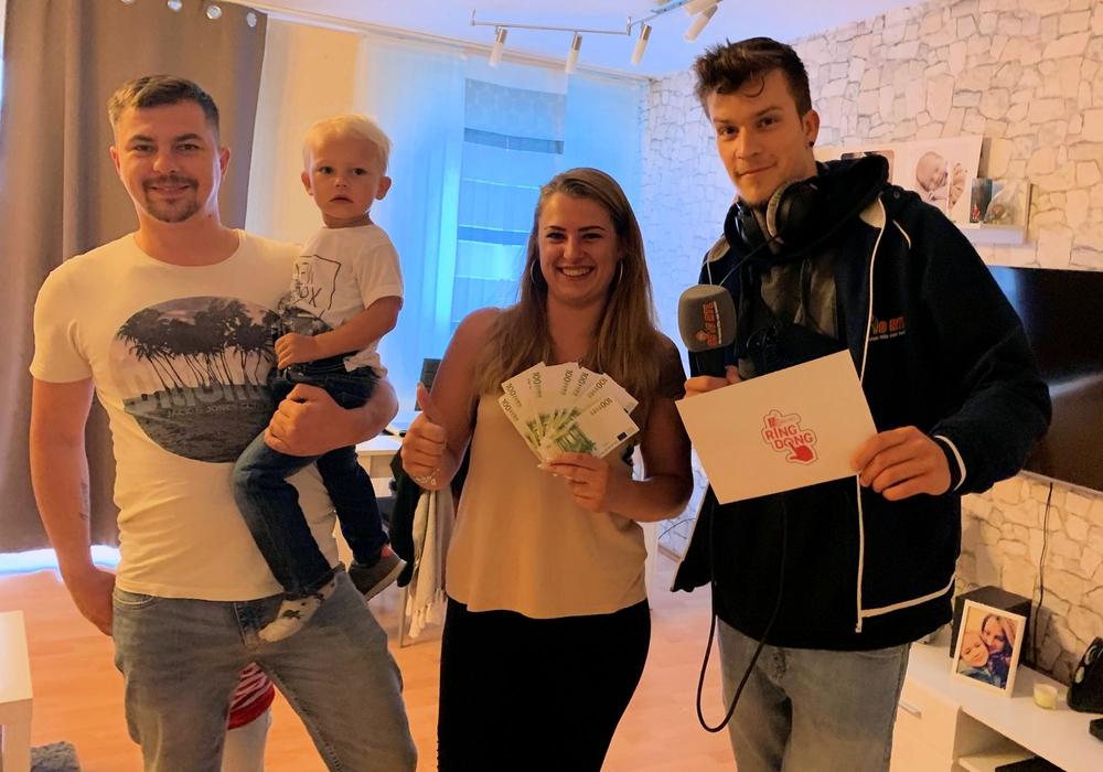 Jessica aus Braunschweig freut sich mit Freund und Kind über ihren Gewinn. Foto: 89.0 RTL