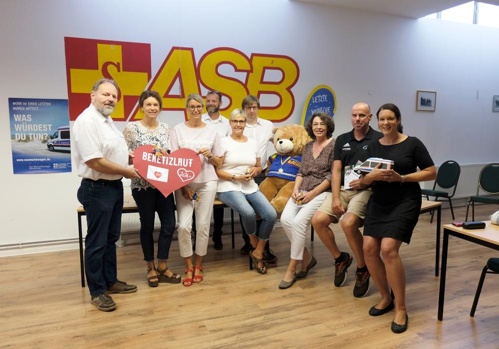 Bei der Spendenübergabe war die Freude beim ASB groß. Foto: Landkreis Helmstedt