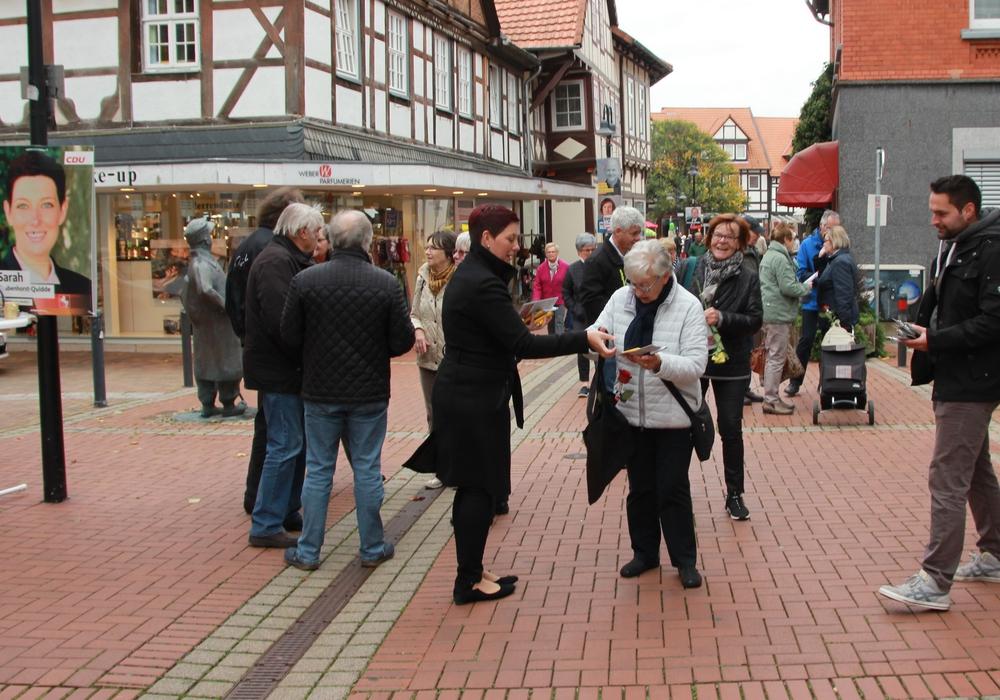 CDU Landtagskandidatin Sarah Grabenhorst-Quidde verteilt kleine Präsente an die Einwohner. Foto: H. Verstegen