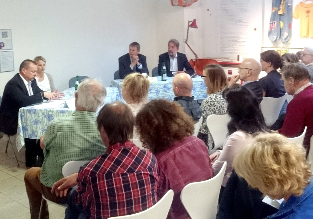 Die Stiftungsvertreter informierten das Publikum über Fördermöglichkeiten. Foto: Landkreis Peine