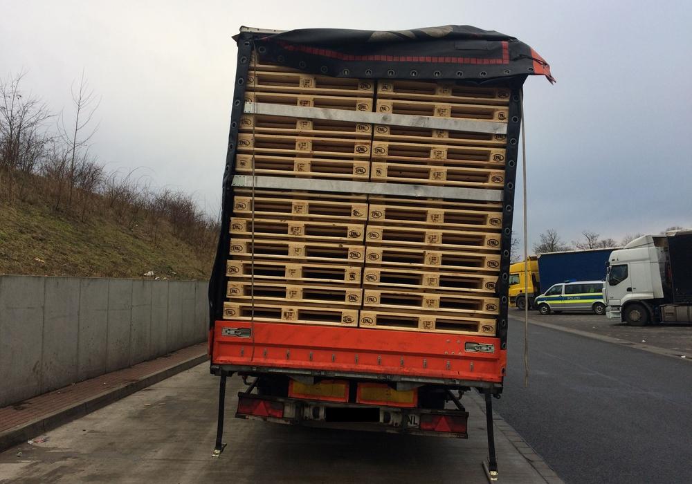 In arger Schieflage und mit mangelhaften Bremsen - Lastwagen mit defektem Druckluftsystem. Foto: ots
