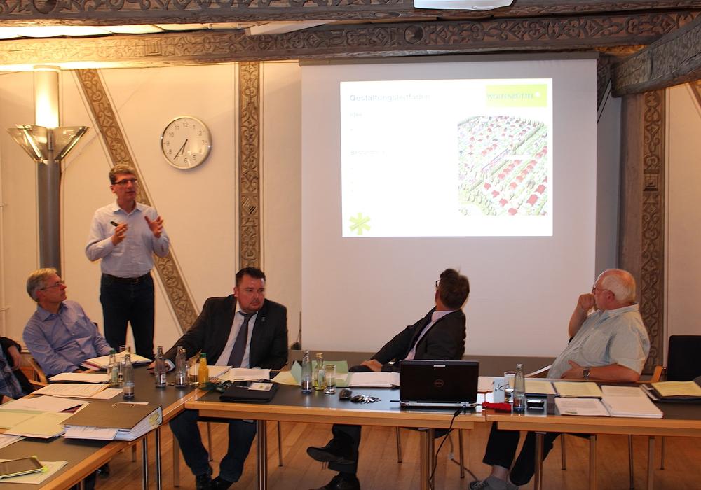 """Stefan Röhr-Kramer (WRS Architekten) stellte den Gestaltungsleitfaden für den Bebauungsplan """"Am Södeweg"""" vor. Foto: Alexander Dontscheff"""