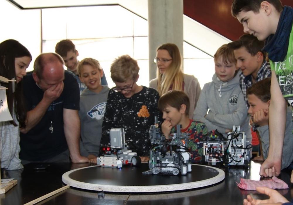 24 selbstgebaute Lego-Roboter traten im Gymnasium im Schloss gegeneinander an. Foto: privat