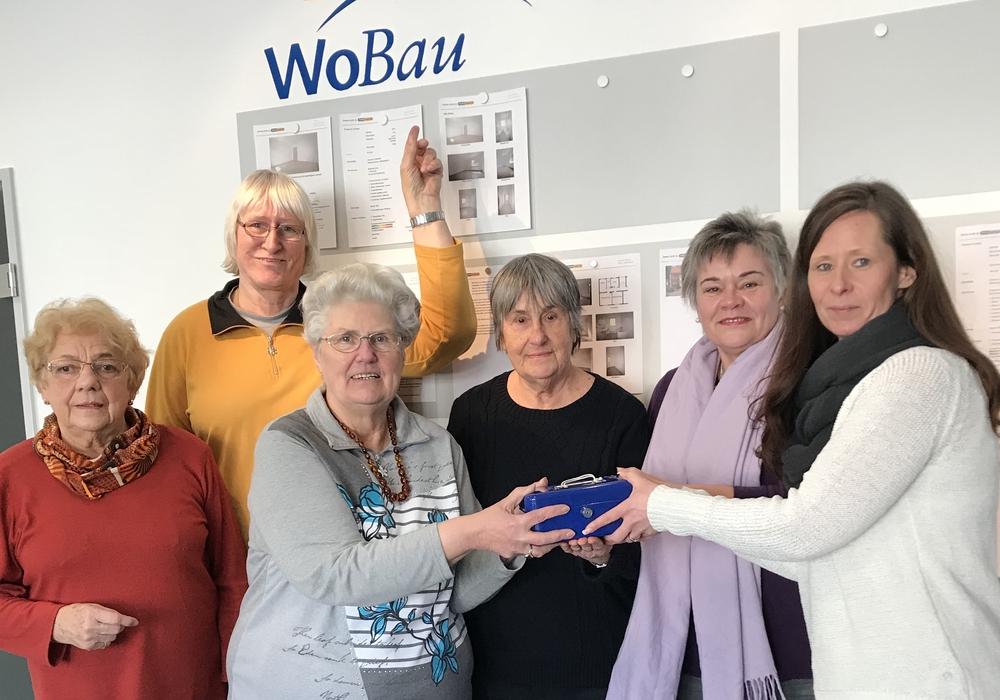 Diana Nimmich (rechts) überreicht die Kasse an die Vertreterinnen der LeNa: (weiter von rechts) Susanne Herweg, Gudrun Morsbach, Gerda Fricke, Rita Kujau und Helga Schild. Foto: WoBau