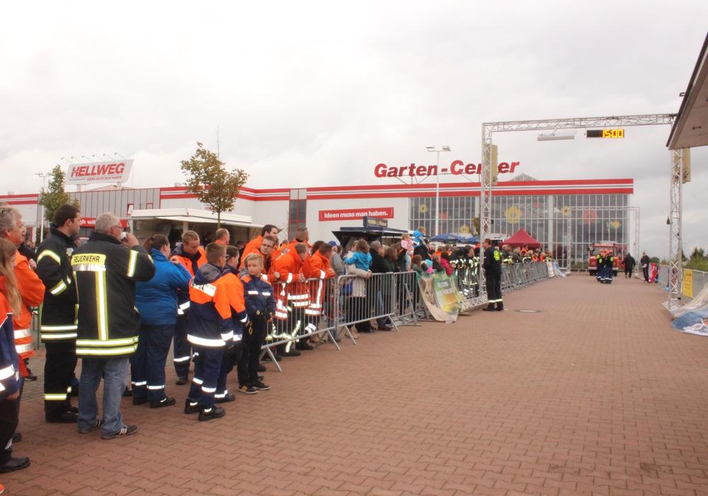 Insgesamt 2.215 Euro kamen beim Feuerwehr-Pulling am Samstag an Spendengeldern zusammen. Foto: Anke Donner