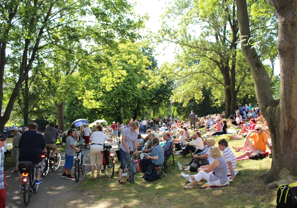 Die Besucher machten es sich am Oker-Ufer im Bürgerpark gemütlich. Fotos: Jan Borner