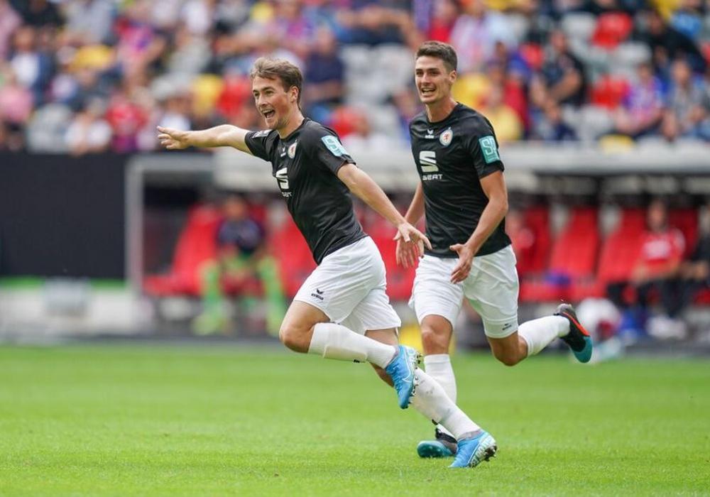 Helden des Tages: Yari Otto (li.) und Danilo Wiebe drehten das Spiel für die Löwen. Foto: imago/MaBoSport