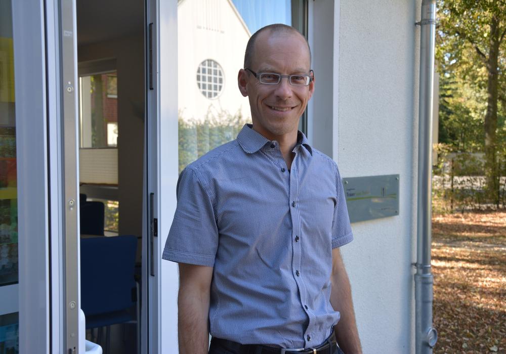 Frank O. Witt, der Leiter des Evangelischen Trauerhauses in Peine, informiert über den Totensonntag oder Ewigkeitssonntag. Foto: Kirchenkreis Peine