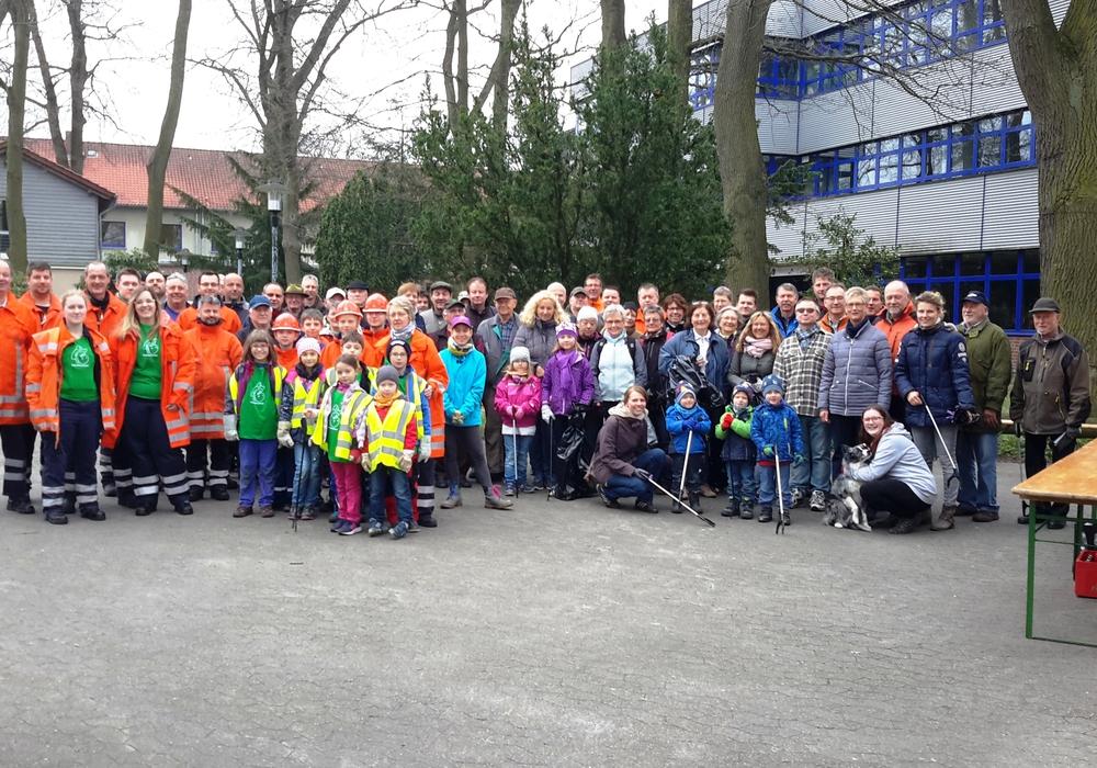 Zahlreiche Helfer nahmen sich beim Umwelttag der Gemeinde des Mülls an. Fotos: Gemeinde Weyhausen