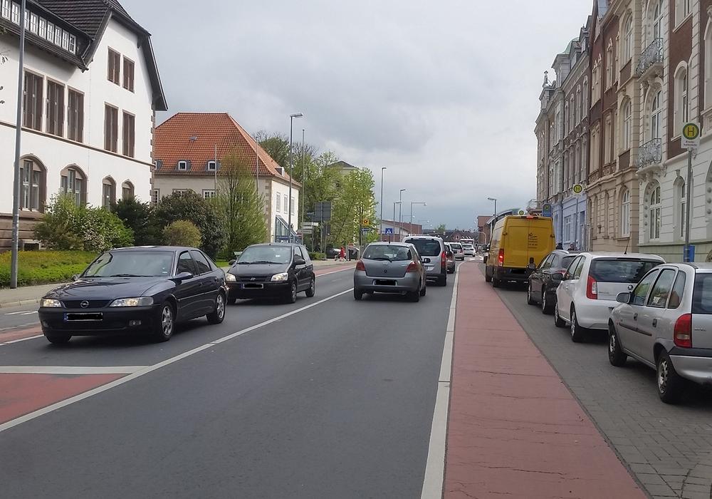 """Aufgrund von widerrechtlich parkenden Autos ist den Bussen das Anfahren der Haltestelle """"Bahnhofstraße"""" oftmals nicht möglich. Foto: Stadt Wolfenbüttel"""