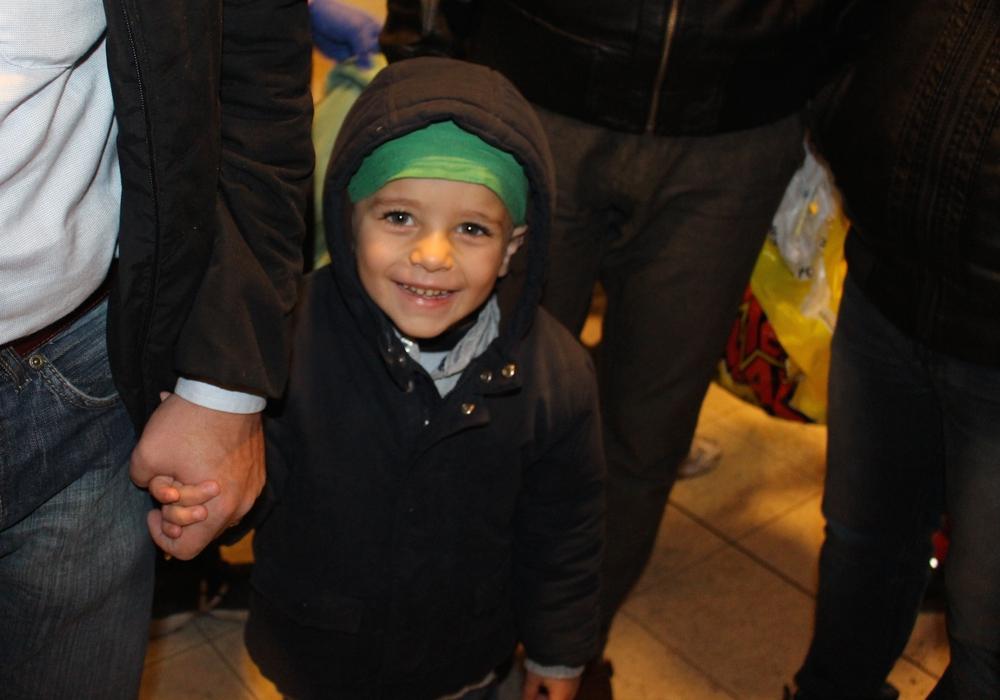 Hoffnung für den kleinen Ali. Der junge wartet nun auf einen Operationstermin, in dem ihm Implantate ins Ohr gesetzt werden. Foto: Martina Hesse