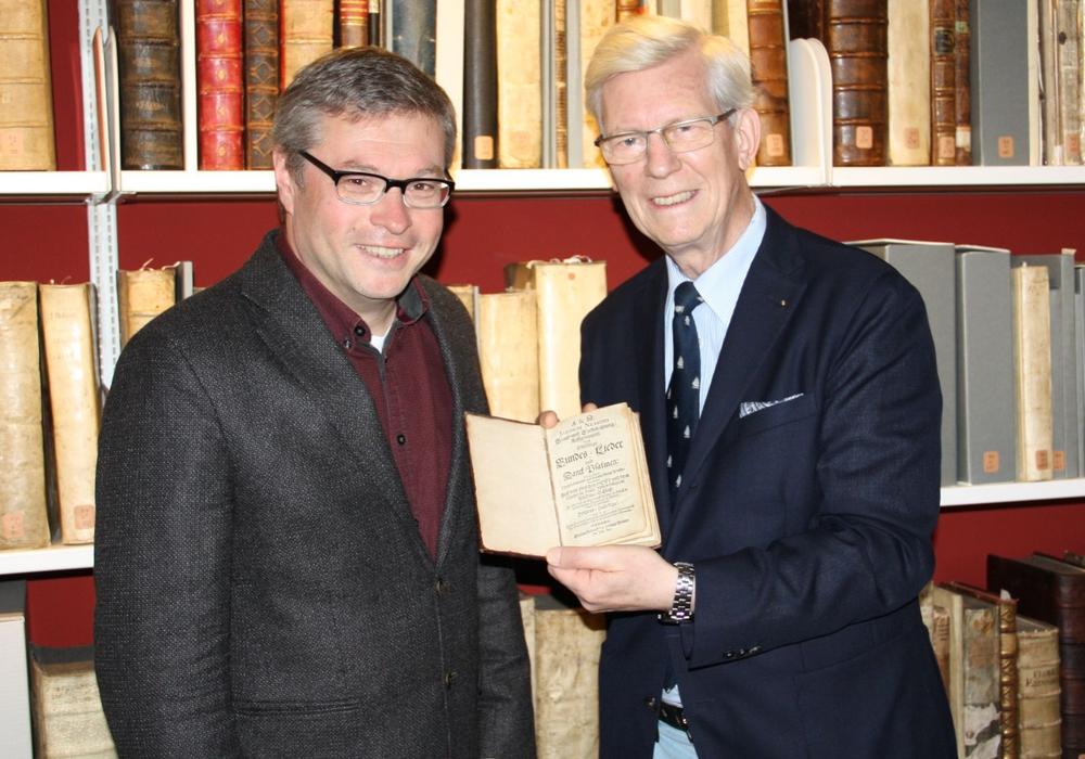 Foto: Karl-Jürgen Kemmelmeyer und Peter Burschel, Direktor der Herzog August Bibliothek, bei der Buchübergabe, Foto: HAB