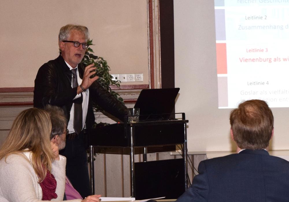 Walter Ackers berichtet über Stärken und Schwächen der Ortsteile. Foto: Stadt Goslar