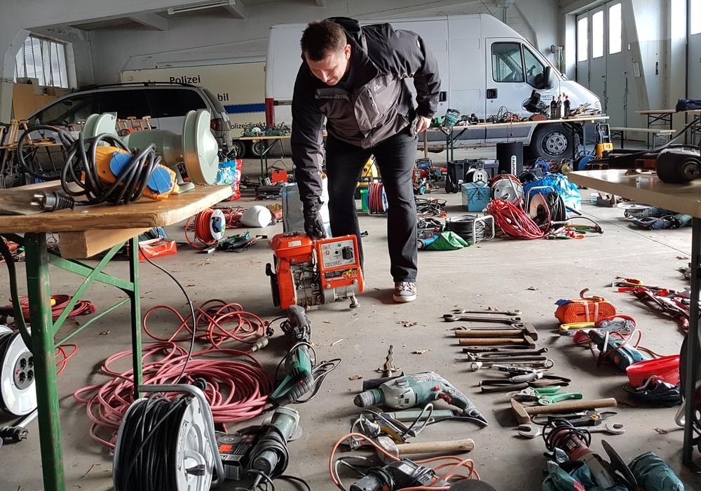 Polizeigarage mit Diebesgut aus Laubeinbrüchen. Foto: Polizei Braunschweig