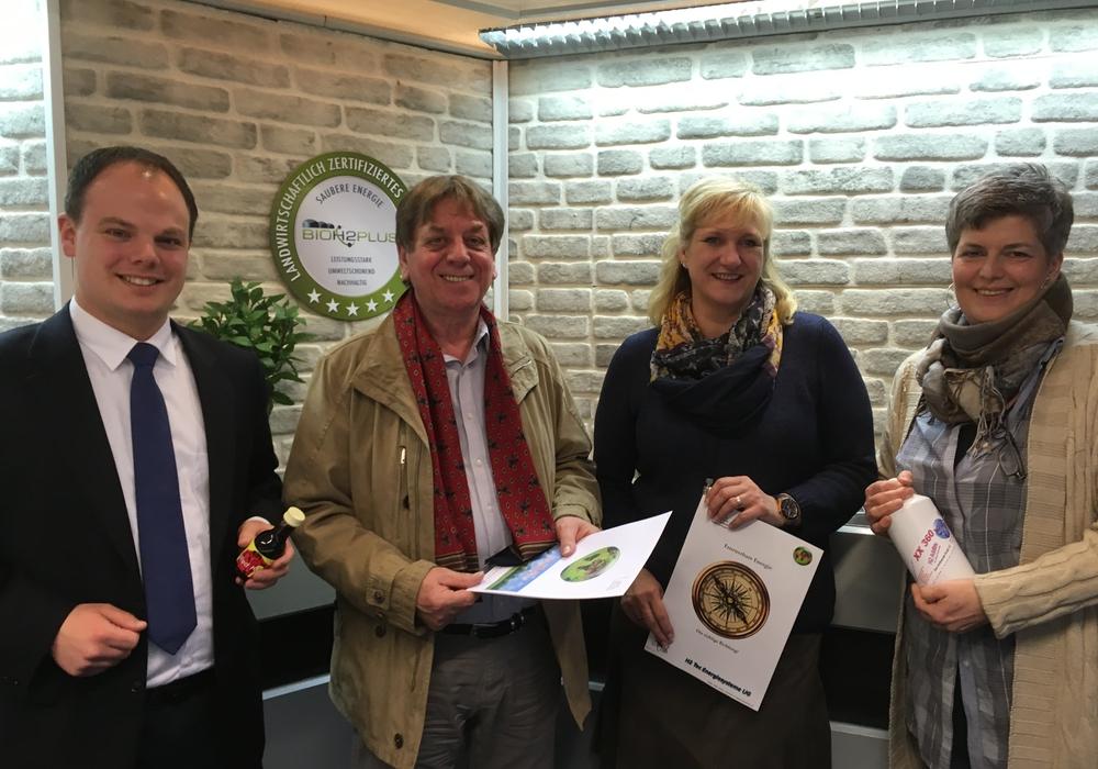 Die Ortsvertreter Tobias Schliephake (l.) und Angela Landwehr (r.) begrüßten Kirsten Röhrig (3. v. l.) und Wilhelm Janssen (2. v. l.) von Firma H2 Tec Energiesysteme im Dorf. Foto: Schliephake