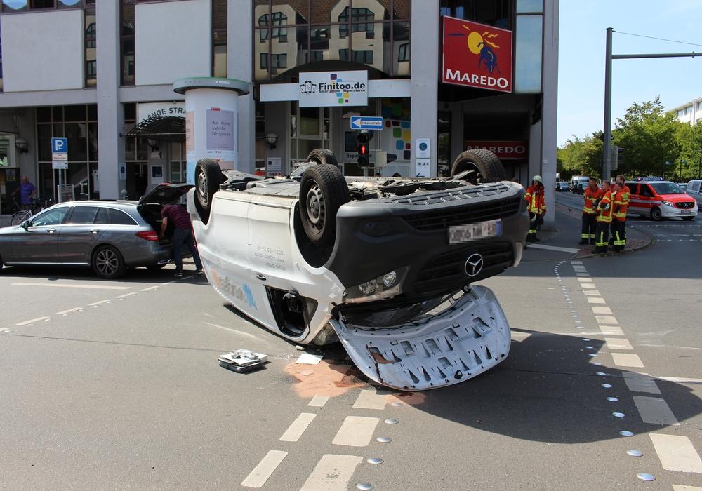 Der Mercedes Vito landete bei dem Unfall auf dem Dach. Fotos: aktuell24(kr)
