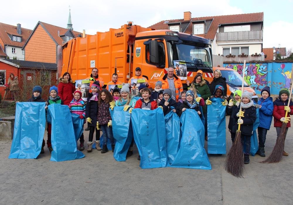 Rund um ihre Grundschule werden die angemeldeten 150 Schülerinnen und Schüler der Grundschule Harztorwall sauber machen. Foto: Marian Hackert