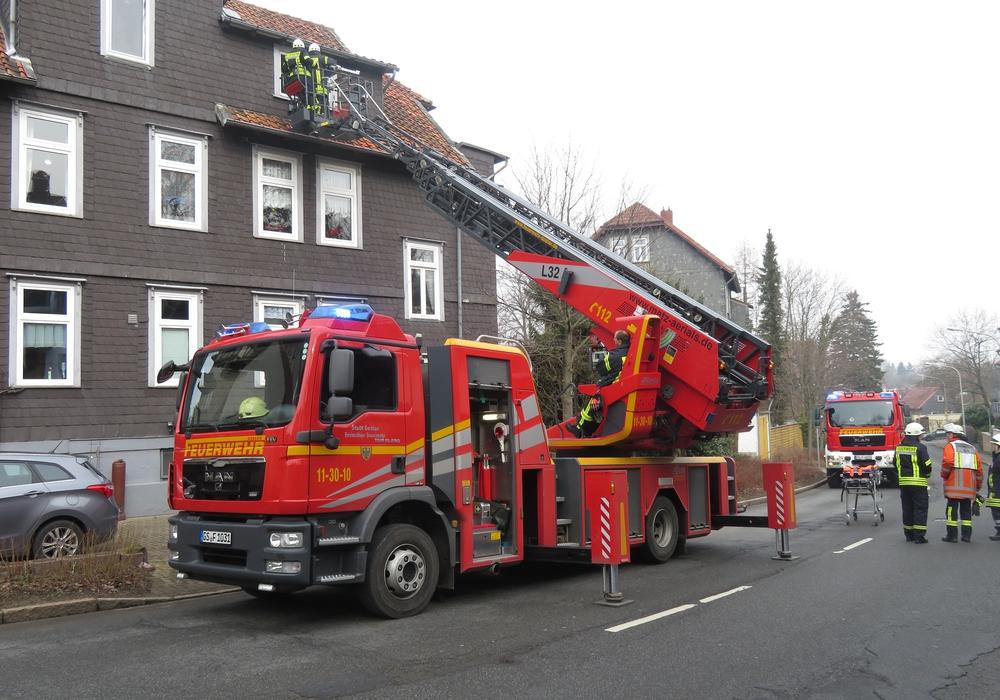 Mit der Drehleiter konnte die Frau innerhalb weniger Augenblicke aus der Wohnung zum Rettungswagen transportiert werden. Foto: Feuerwehr Goslar