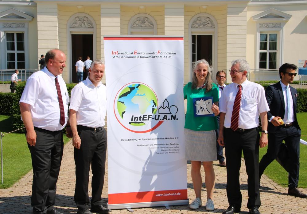 Von links: Bürgermeister Andreas Memmert (Gemeinde Schladen-Werla), Präsident Dr. Marco Trips (NSGB), Geschäftsführerin Dr. Katrin Flasche (Stiftung IntEF-U.A.N) und Beigeordneter Norbert Portz (DStGB) bei der Eröffnung des Wettbewerbes. Foto: Vollmer