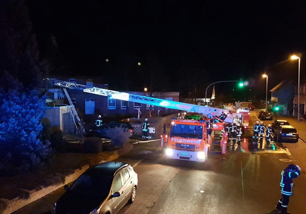 Zu einem Wohnhausbrand in der Braunschweiger Straße in Salzdahlum wurde die Feuerwehr am heutigen Montagabend um 21.18 Uhr alarmiert. Fotos: Feuerwehr Wolfenbüttel