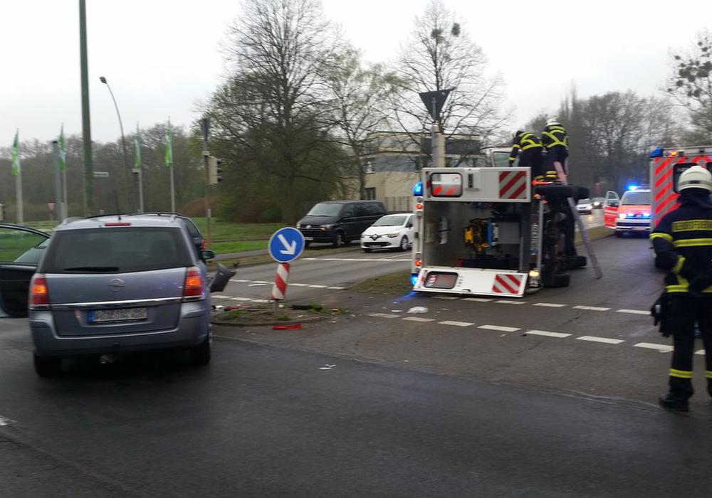 Der Krankenwagen kippte nach dem Zusammenstoß  auf die Seite. Foto: Polizei Wolfsburg
