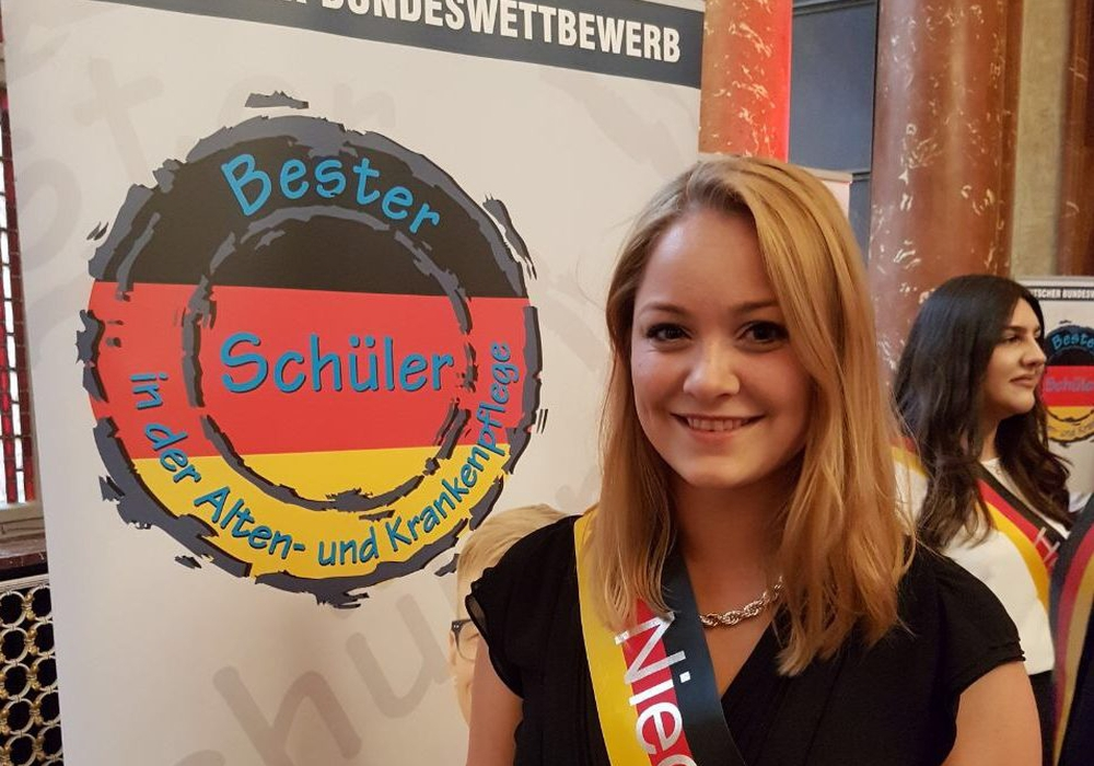 """Laura Vosskötter war eine der zwei besten Auszubildenden aus Niedersachsen im Berufsfeld der Alten-, Gesundheits- und Krankenpflege, die beim Nationalen Initiative-Bundeswettbewerb """"Bester Schüler in der Alten- und Krankenpflege 2017"""" teilnahmen. Foto: Asklepios Harzkliniken"""