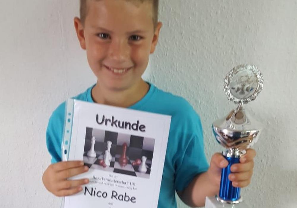 Herzlichen Glückwunsch dem frischgebackenen U8-Bezirksmeister: Nico Rabe. Foto: Verein