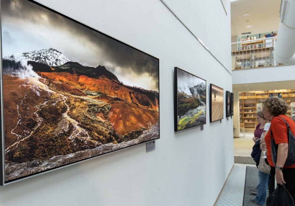 Die Ausstellungseröffnung der fünf Künstler in Lebenstedt. Foto: Rudolf Karliczek