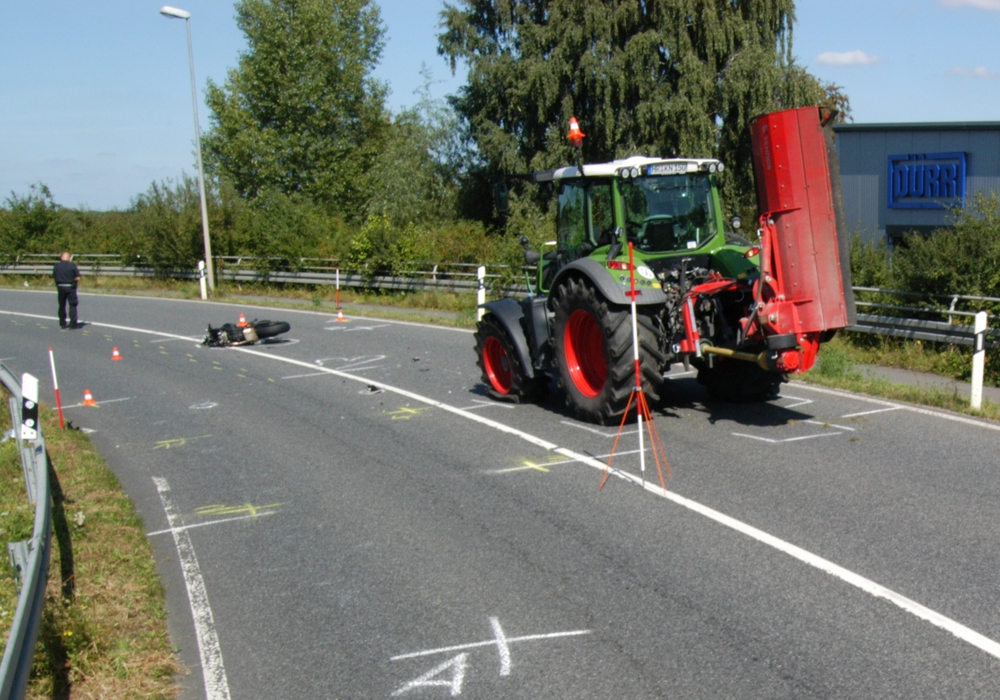 Bei dem Zusammenstoss wurde der 34-Jährige Motorradfahrer lebensgefährlich verletzt. Foto: Polizei Wolfsburg