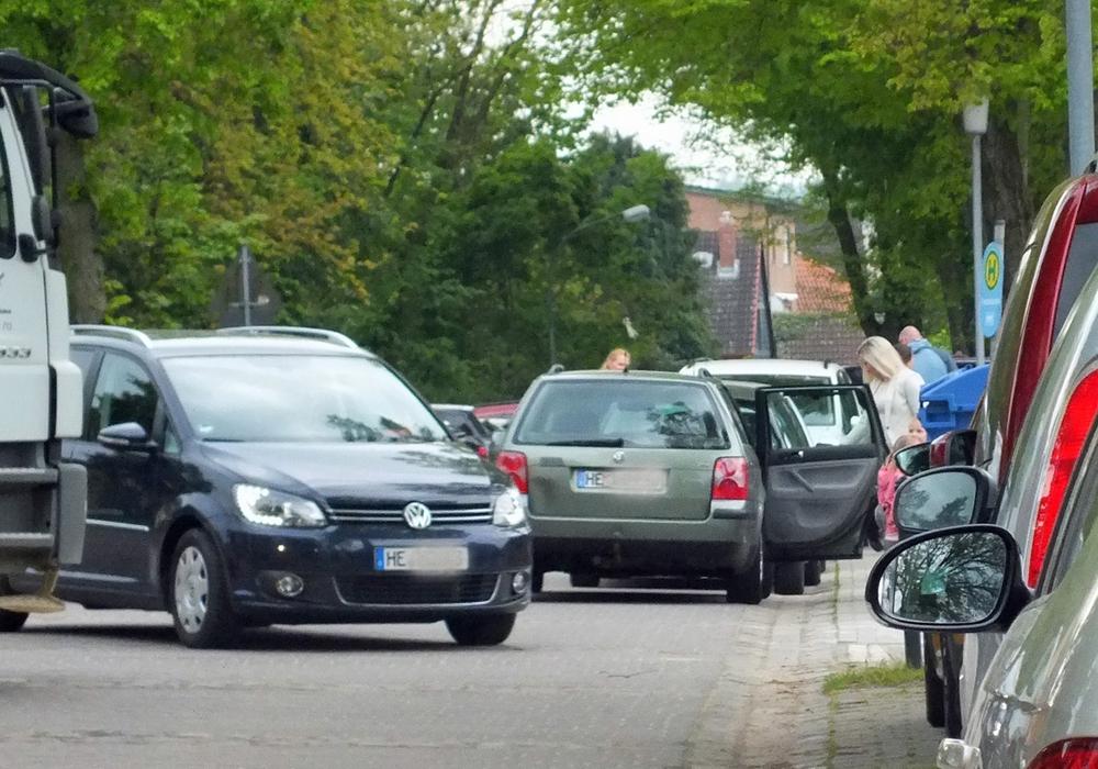 """Vor der Grundschule und dem Kindergarten in Groß Twülpstedt sorgen Baustellenverkehr und sogenannte """"Elterntaxis"""" für Chaos. Foto: Achim Klaffehn"""