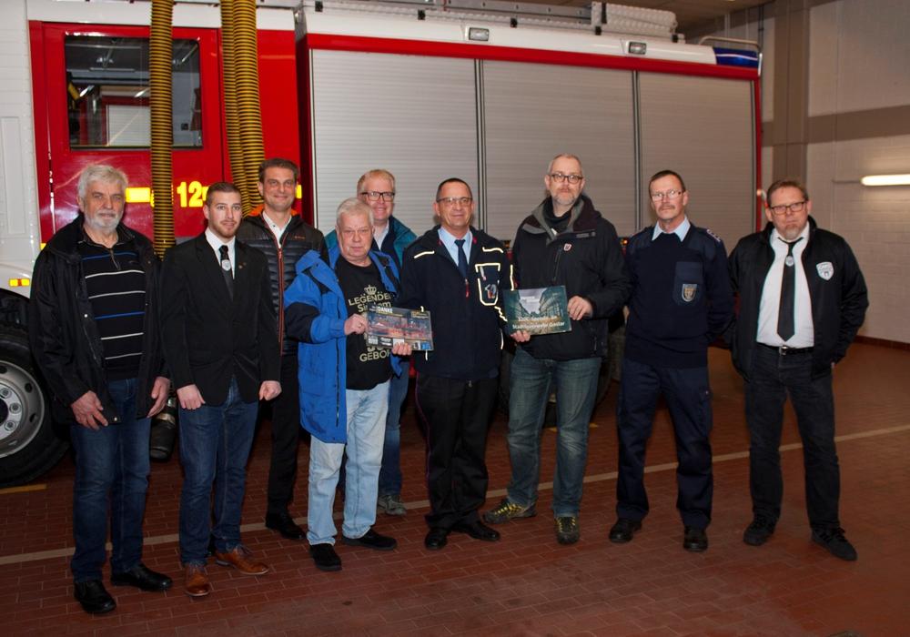 Die Veranstalter der beiden Benefizveranstaltungen übergaben am Montag die Spenden an die Feuerwehr. Foto: Pressestelle Feuerwehr Goslar