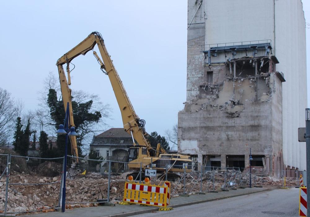 Der Abrissbagger könnte bald vermehrt zum Einsatz kommen. Symbolfoto: Archiv