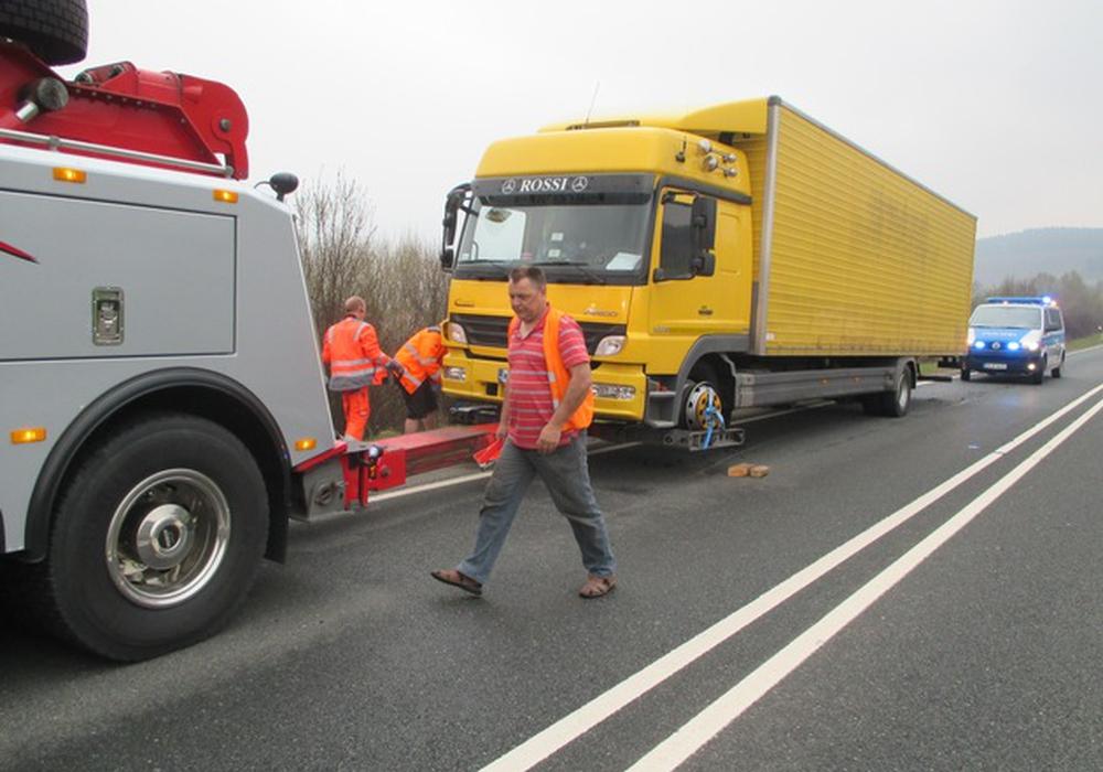Zum Glück geriet der beladene Lkw dadurch nicht in den Gegenverkehr. Fotos: Polizei