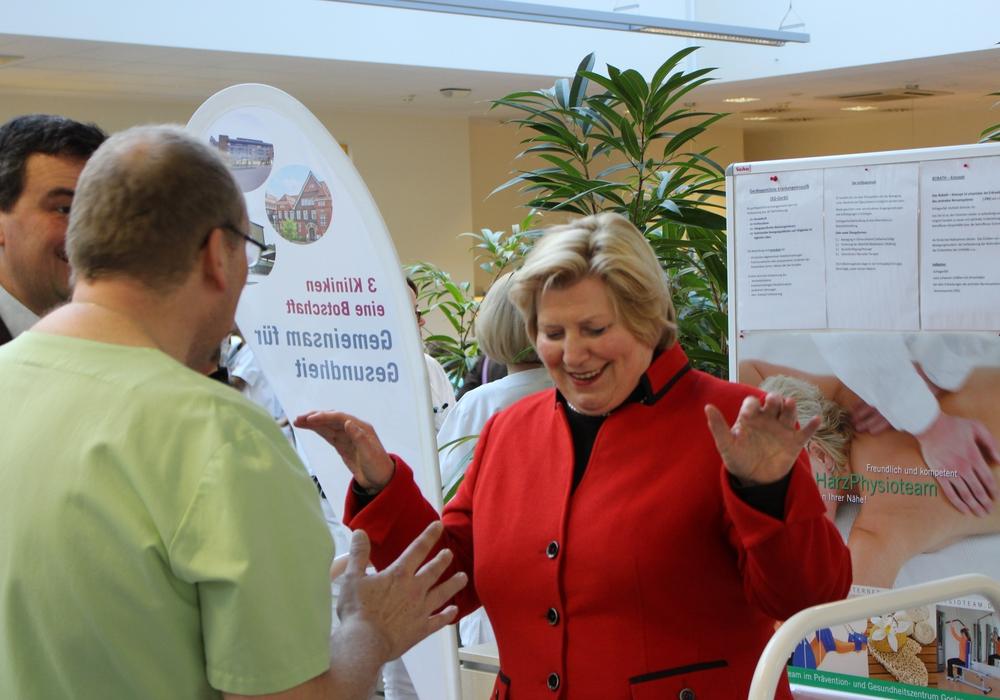 """Niedersächsische Gesundheitsministerin Cornelia Rundt absolviert Gleichgewichtstraining auf dem """"Posturomed"""". Foto: Alexander Panknin"""