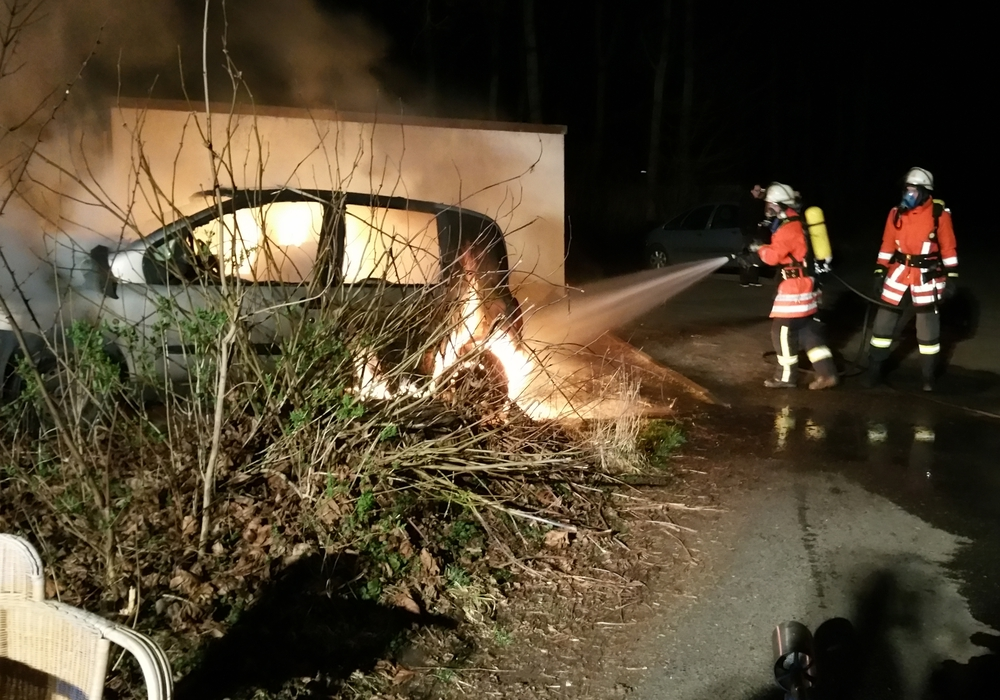 Seit einigen Wochen kommt es immer wieder zu Bränden in Neuerkerode. Dabei gingen auch drei Autos in Flammen auf. Foto: Archiv/Feuerwehr Sickte