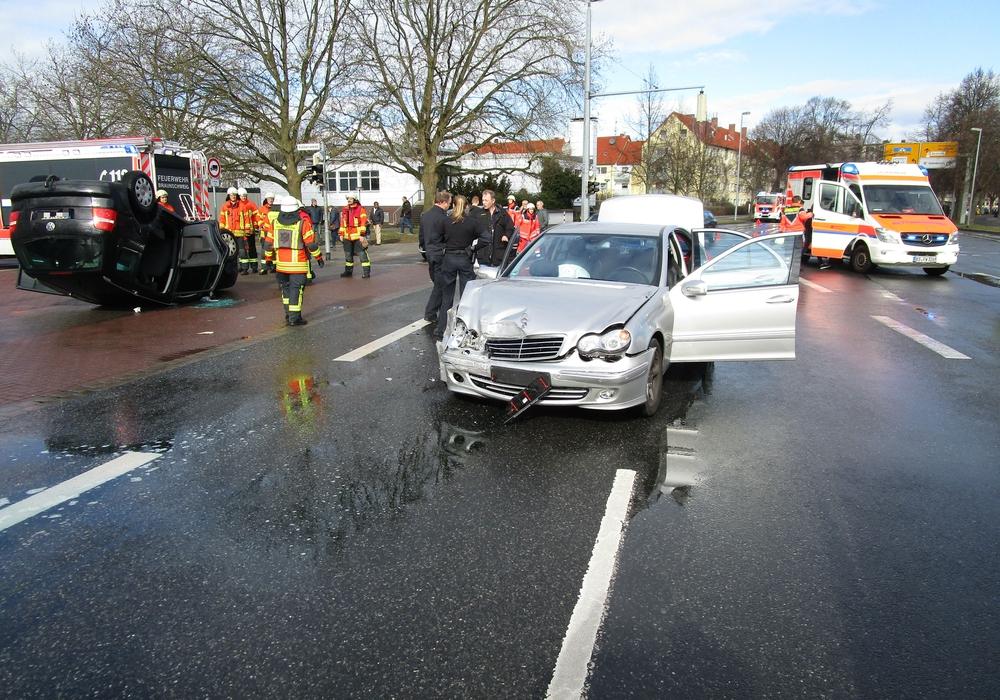 Insgesamt wurden bei dem Unfall 5 Menschen leicht verletzt. Foto: Feuerwehr Braunschweig
