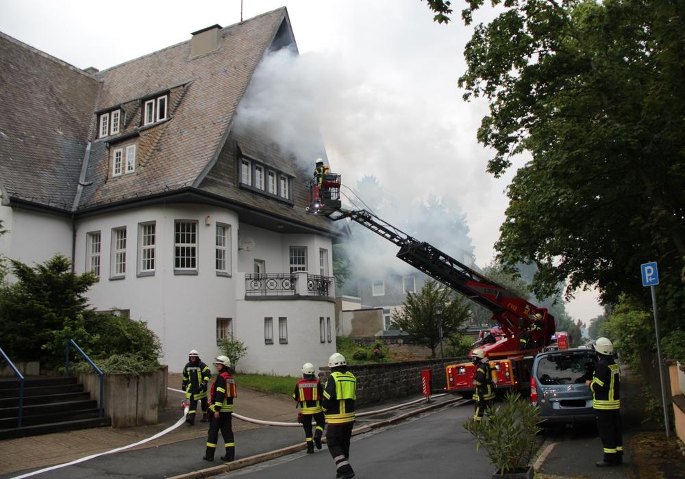 Starke Rauchentwicklung, Vorbereitung der Rettung von zwei Personen aus dem Dachgeschoss über die Drehleiter. Fotos: Feuerwehr Goslar