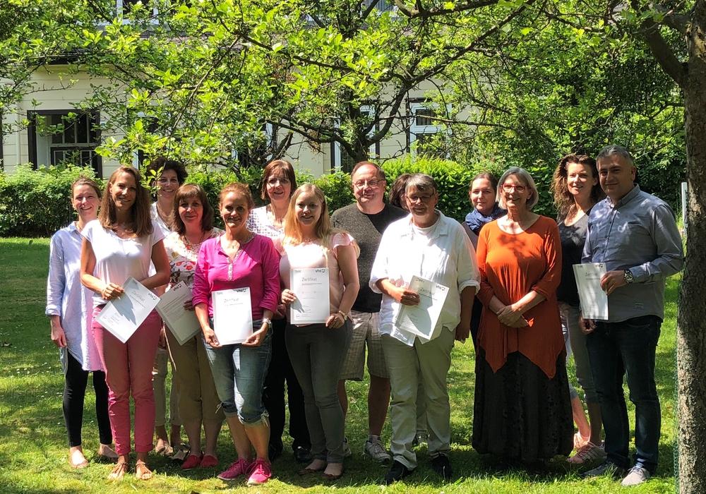 Die Teilnehmenden freuen sich mit der Projektleiterin Katrin Flaam (links im Bild) über die erfolgreiche Teilnahme. Foto: Kvhs Goslar