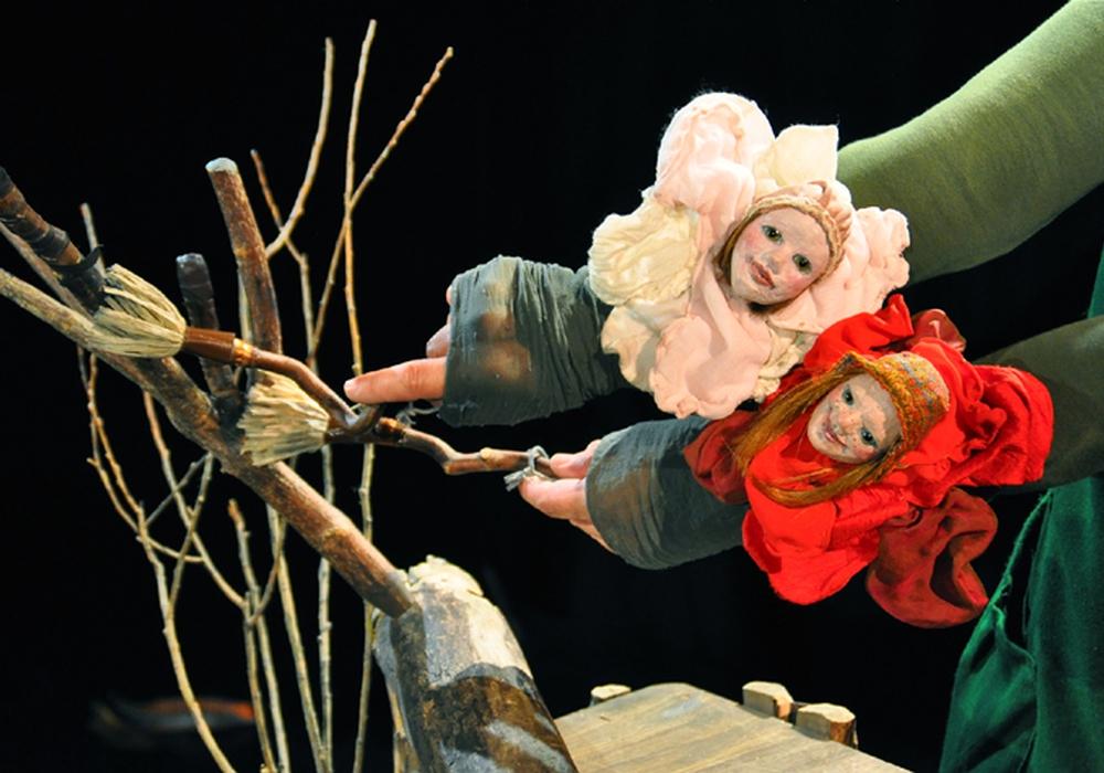 """Das Theater Fadenschein zeigt das Märchen """"Schneeweißchen und Rosenrot"""". Foto: Heike Eberius"""