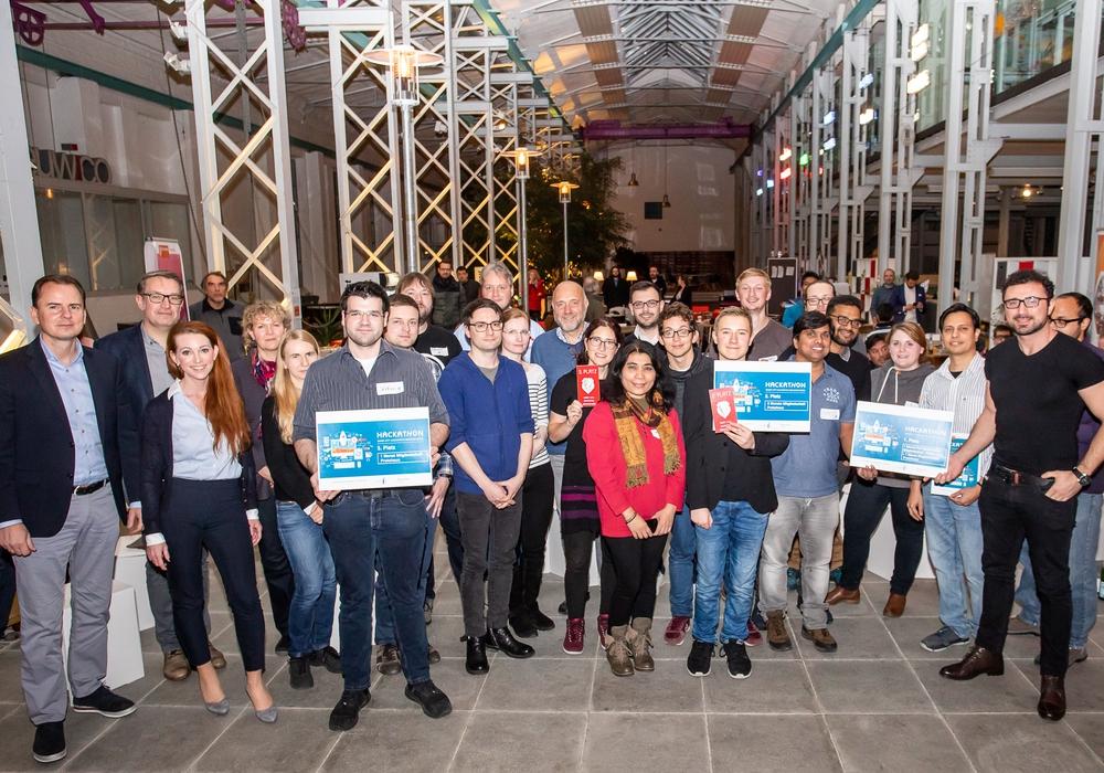 Die Jury lobte nach dem Smart City Hackathon alle Teilnehmerinnen und Teilnehmer für die Ergebnisse, die sie innerhalb eines Wochenendes hervorbrachten. Foto: Braunschweig Zukunft GmbH / Philipp Ziebart