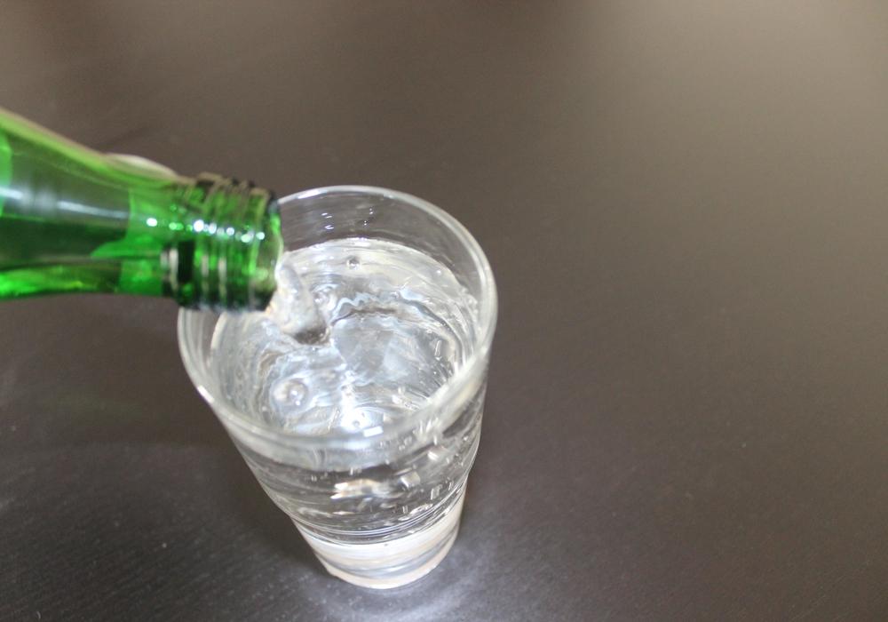 Nach einem vollen Glas Wasser könnte man schon mal ordentlich rülpsen - macht man aber nicht. Warum eigentlich nicht? Symbolbild: Anke Donner