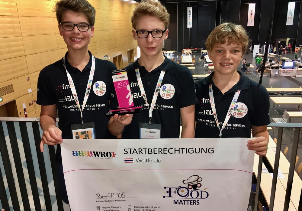 Paul Grewe (links), Phil Wiechmann (mitte) und Anton Peppel (rechts) qualifizieren sich für das Weltfinale der WRO in Chiang Mai, Thailand. Foto: Kerstin Peppel