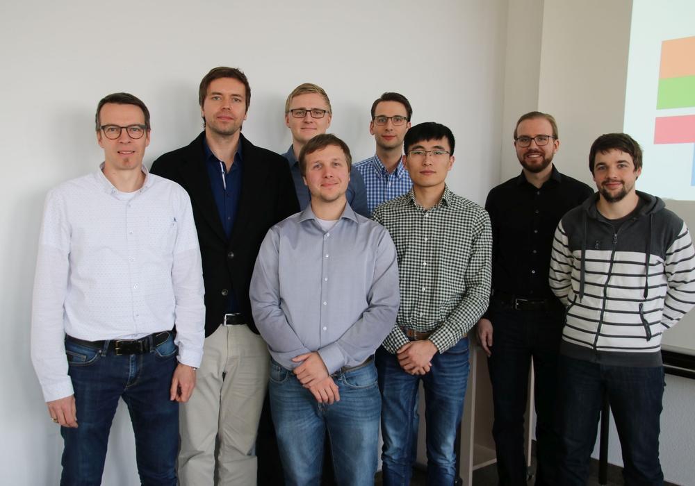Erstes Promovenden-Netzwerk-Treffen (von links): Prof. Dr. Andreas Ligocki mit den Doktoranden Oliver Waßmann, Sven Jacobitz, Florian Hohmann, Florian Meyer, Haoqi Tao, Hendrik Poschmann und Toni Wilhelm. Foto: Ostfalia