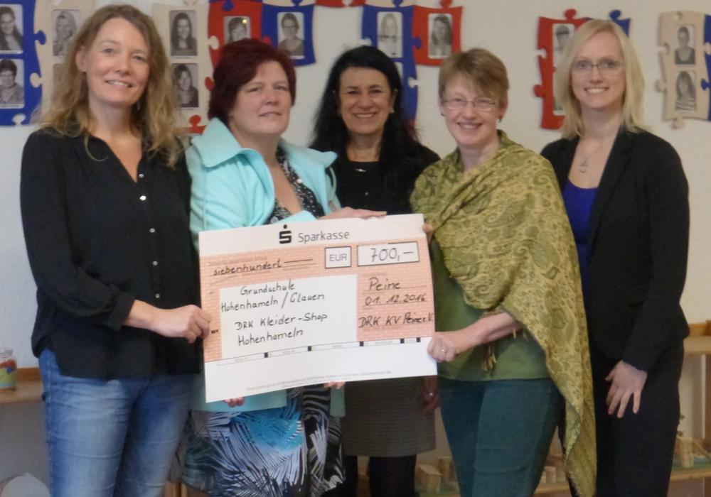 Rektorin Birgit Nave-Wolpers (links) und Konrektorin Stefanie Heyne (rechts) erhielten einen Scheck in Höhe von 700 Euro von Angela Biegel, Dorit Lonnemann und Friederike Utecht. Foto: DRK