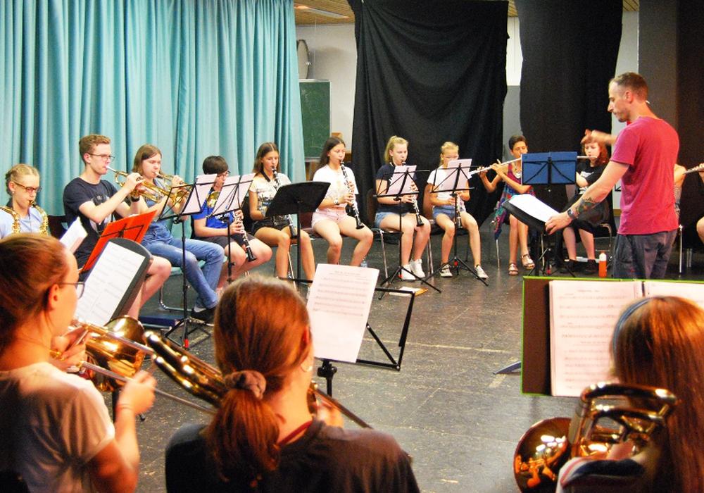 Gewandhauschorleiter Gregor Meyer dirigiert die Schüler. Foto: THG