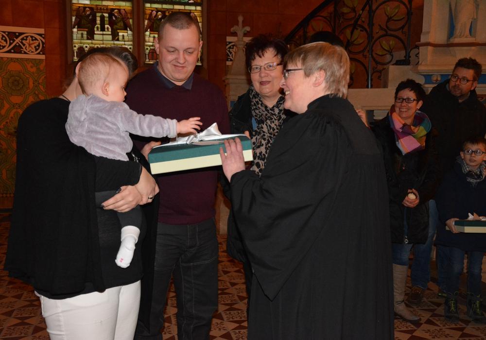 Pastorin Beate Lenz überreicht eine Kirchenkiste. Foto: Kirchenkreis