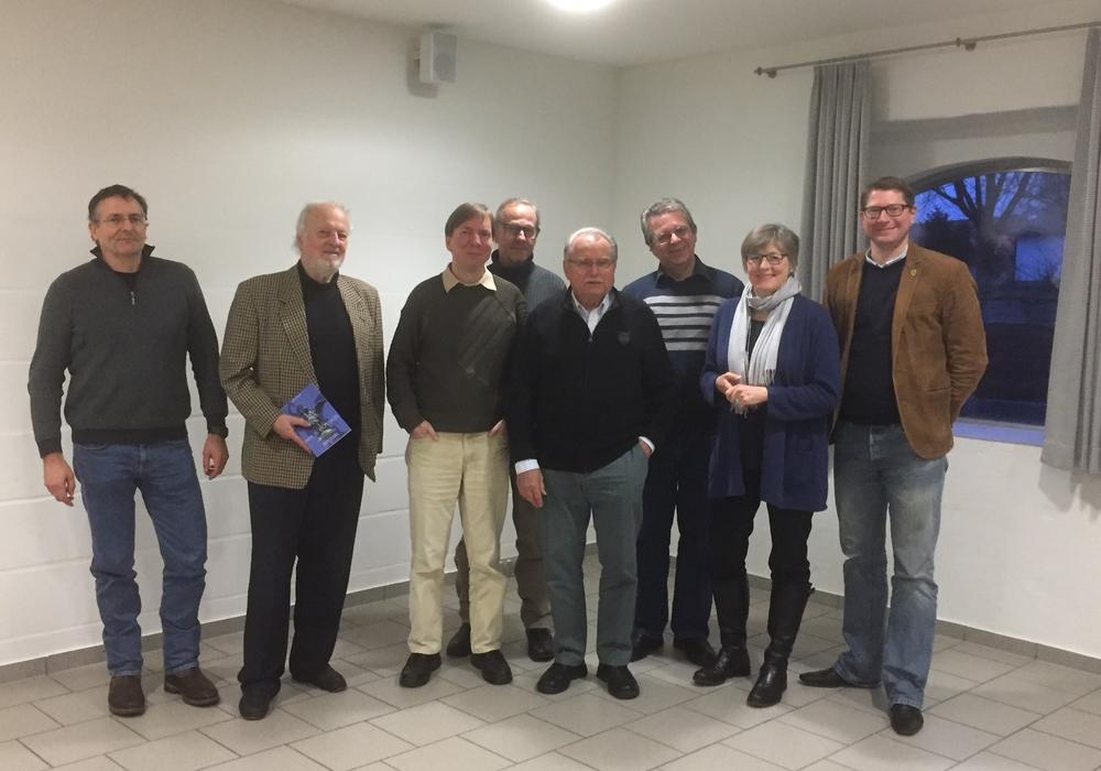 """Die """"Wortmaler"""" Thomas Meyer, John W. Dorsch, Volker Wendt, Uwe Brackmann, Kirsten Döbler mit Bürgermeister Marco Kelb. Foto: Privat"""