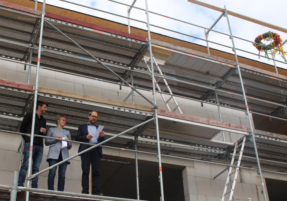 Architekt Thomas Möhlendick (re.) verlas den Richtspruch. Fotos und Video: Alexander Dontscheff