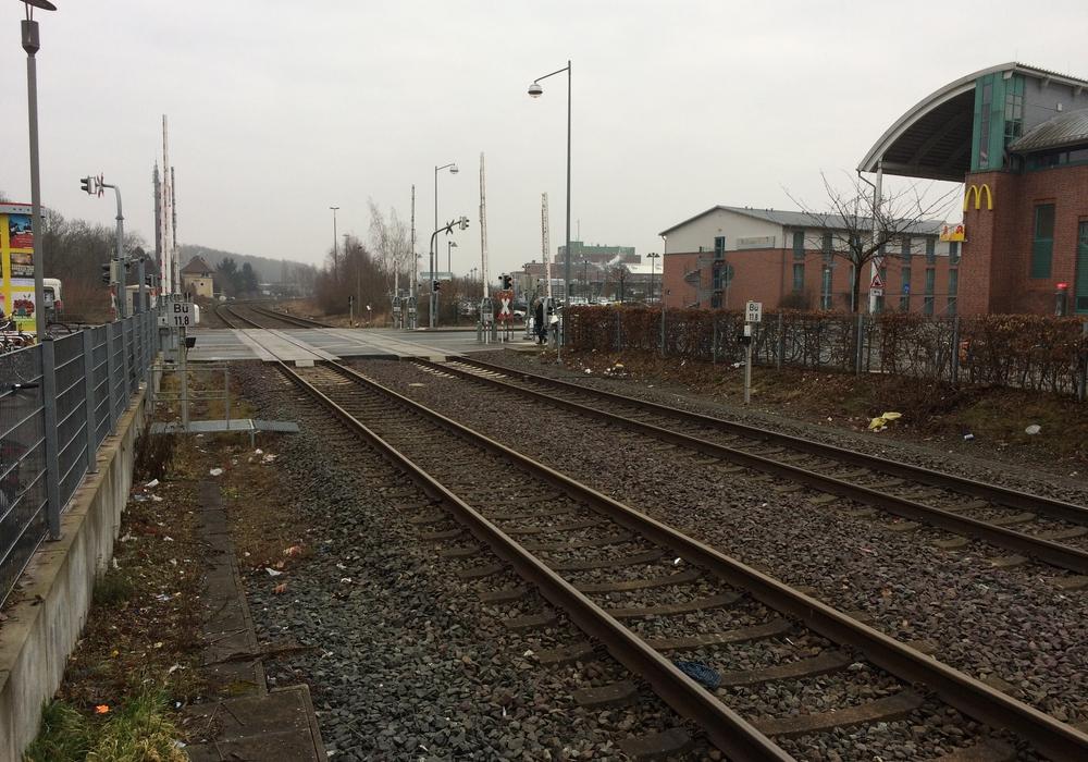Neben den Gleisen am Bahnhof liegt viel Müll. Leser beschweren sich über den Anblick - die Bahn bedauert es. Fotos: Privat