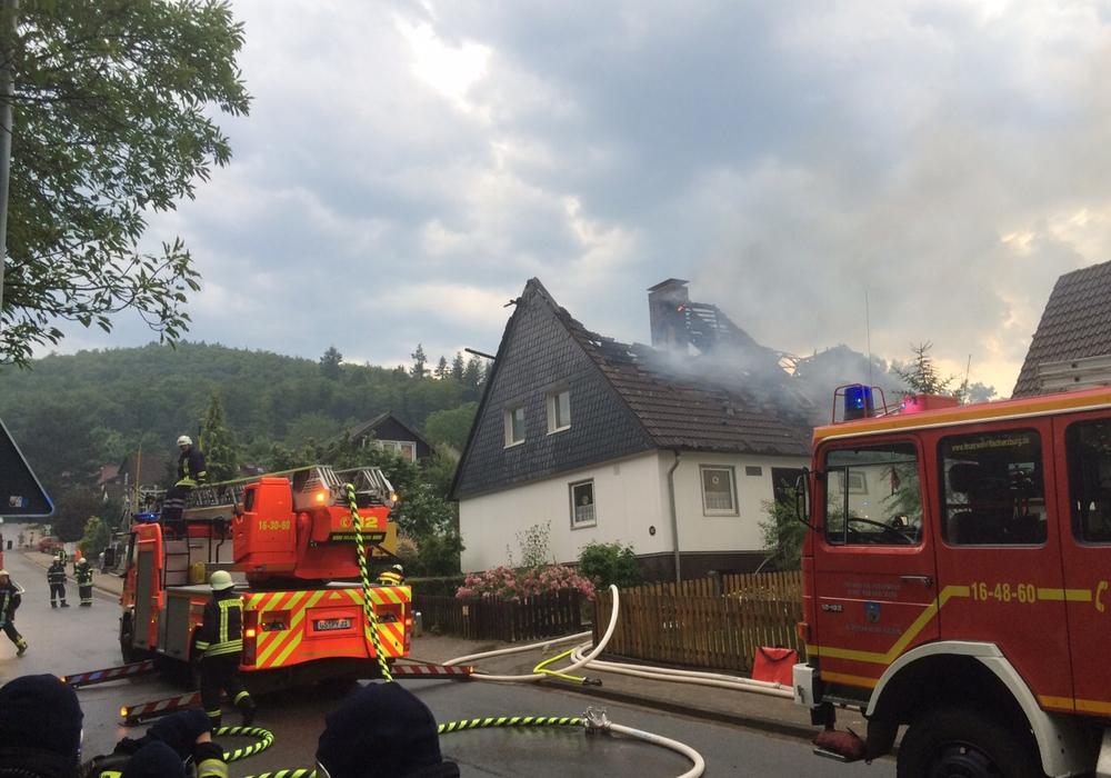 In Bündheim steht ein Einfamilienhaus in Flammen. Fotos: Anke Donner
